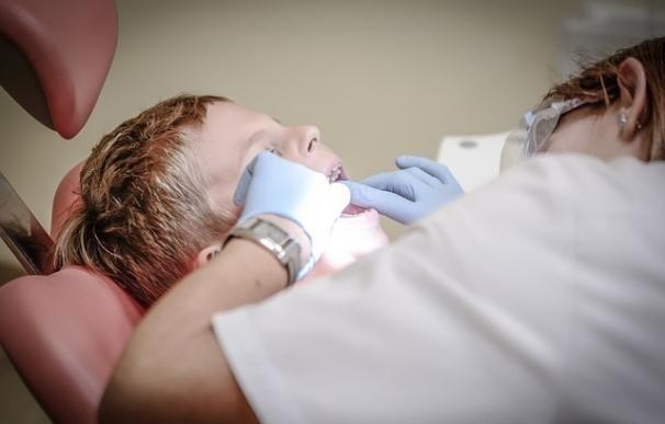 Condenan a una protésica dental que ejercía de dentista tras el testimonio de dos detectives que fueron a su laboratorio
