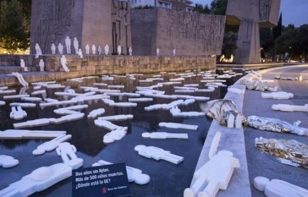 Una playa con 500 siluetas de niños recuerda en Madrid a los ahogados en el mar dos años después de la muerte de Aylan