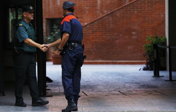 Un mosso y un guardia civil se saludan
