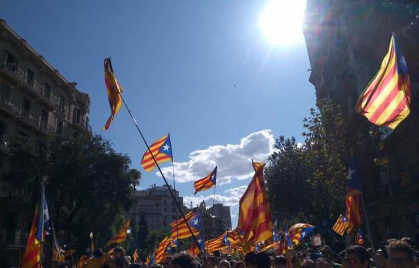 """Una marea fosforescente llena el centro de Barcelona al grito de """"votaremos"""""""