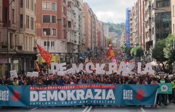 """Miles de personas se manifiestan en Bilbao para que Cataluña y Euskadi puedan """"decidir su futuro"""""""