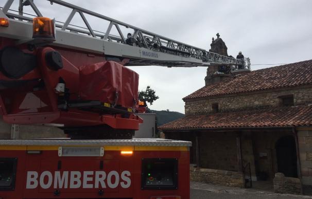 Herido grave un hombre al explotarle material pirotécnico en el campanario de la iglesia de Villasevil