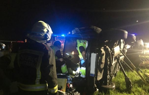 Herido grave un joven madrileño al salirse de la vía y volcar en Comillas el coche en el que viajaba
