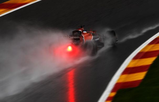 Alonso y Sainz se sitúan undécimo y noveno tras una jornada acortada por la lluvia