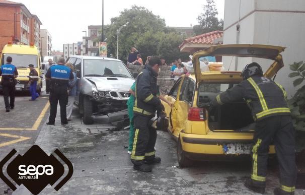 Una mujer hospitalizada tras la colisión de dos vehículos en Llanes