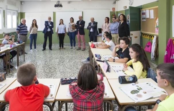 Ruiz visita el colegio Pero Niño de San Felices de Buelna con motivo de la apertura del curso escolar