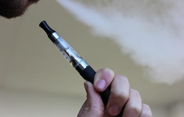 Los e-cigarrillos con nicotina llevan a cambios en la adrenalina del corazón de los no fumadores