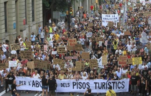 Centenares de vecinos protestan por los pisos turísticos del barrio de la Barceloneta