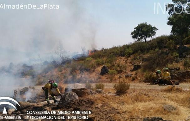Continúan los trabajos para combatir los incendios forestales de Almadén y Cazalla (Sevilla)