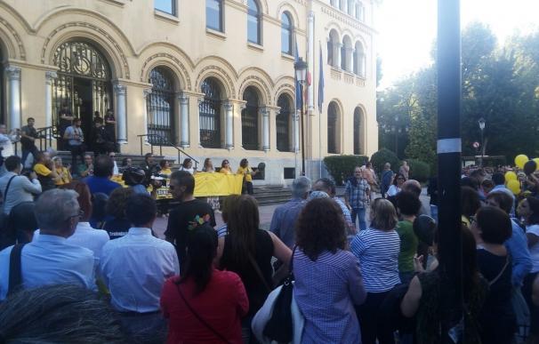 Cientos de personas reclaman al Gobierno asturiano que mejore su oferta si quiere evitar la huelga de Justicia