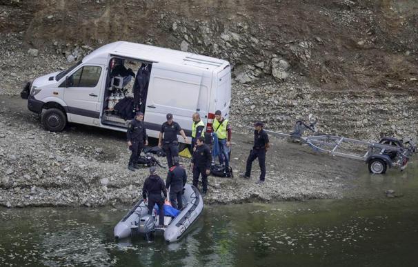 El dispositivo de seguridad rescata los cadáveres en Susqueda.