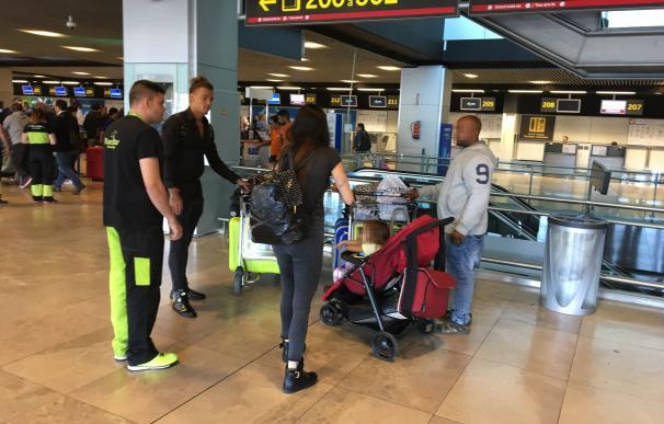 Un plastificador legal de maletas (izquierda), frente a uno clandestino, con sus clientes.