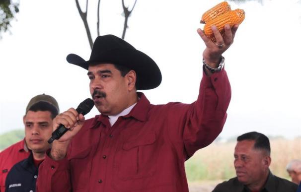 Fotografía cedida por prensa de Miraflores, del presidente venezolano Nicolás Maduro (c) en un acto de gobierno televisado