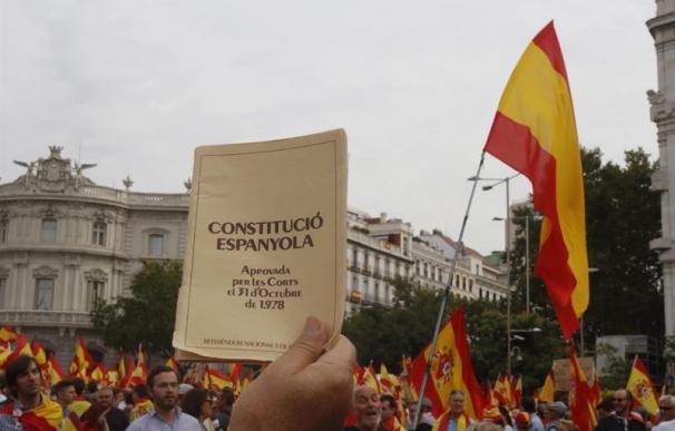 La Plaza de Cibeles se llena de cientos de banderas españolas