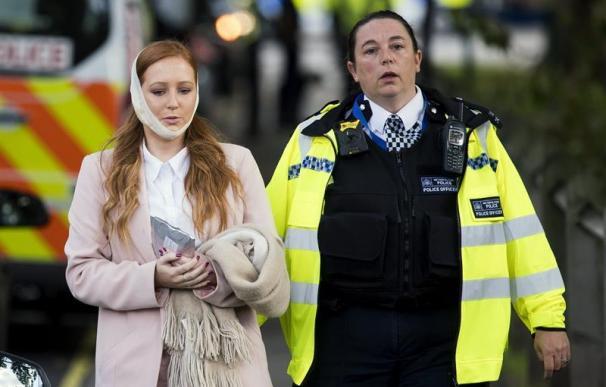 Una agente de policía escolta a una herida en los alrededores de la estación de metro Parsons Green en Londres (Reino Unido) (EFE/Will Oliver)