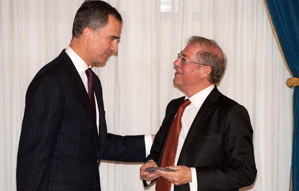 El académico Félix de Azúa junto al rey de España, Felipe VI