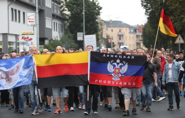 Miembros de la extrema derecha en Alemania en una manifestación contra la acogida de refugiados