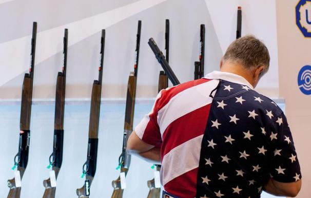 Un estadounidense con una camisa muy patriótica elige rifle