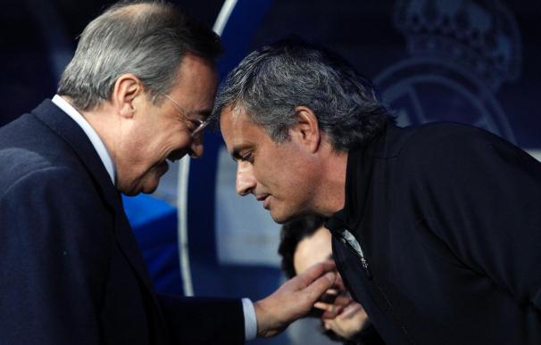 Florentino Pérez charla con Mourinho antes de un partido en el Bernabéu