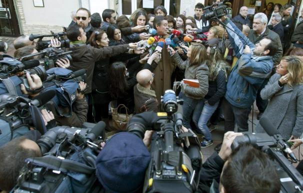 El abogado de José Bretón, José María Sánchez Puerta, atiende a la prensa a la salida de los juzgados