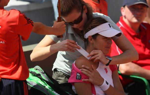 El cuello de María José Martínez se bloquea en su debut en Roland Garros