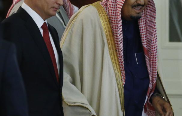 El presidente ruso, Vladímir Putin, y el rey Salmal bin Abdelaziz de Arabia Saudí