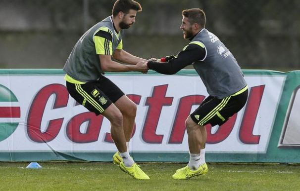 Piqué y Sergio Ramos durante un entrenamiento con España