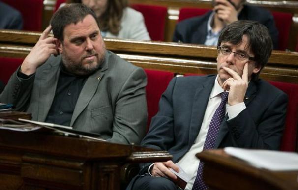 Oriol Junqueras y Carles Puigdemont durante un pleno