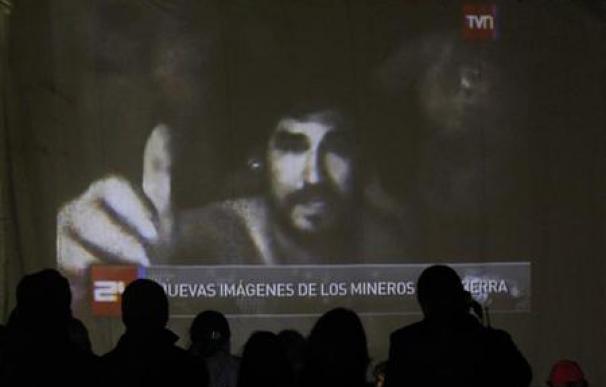 Vídeos de Maradona y Pelé para alegrar a los mineros en Chile