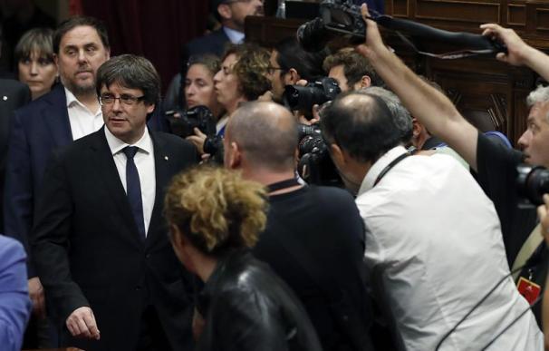 El presidente de la Generalitat, Carles Puigdemont (2i) seguido por el vicepresidente, Oriol Junqueras, a su llegada al pleno del Parlament donde esta tarde comparece para trasladar los resultados de la jornada del 1-O. EFE/Alberto Estévez