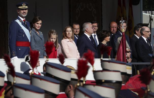Los Reyes junto a sus hijas, presiden el desfile del Día de la Fiesta Nacional. Zipi/EFE