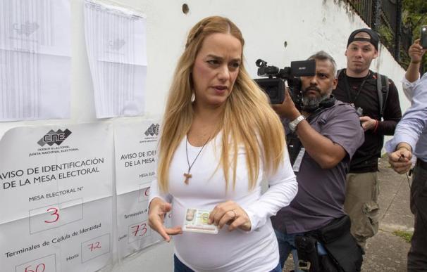 Lilian Tintori, esposa del líder opositor venezolano privado de libertad Leopoldo López, acude a ejercer su derecho al voto