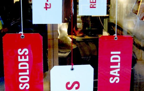 Los andaluces gastan 137 euros en las rebajas de verano, un cinco por ciento más que la media nacional, según Fintonic