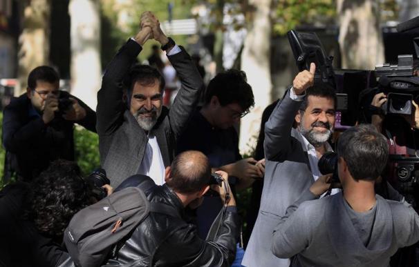 Jordi Cuixart (Òmnium) y Jordi Sànchez (ANC) tras su salida de la Audiencia Nacional.