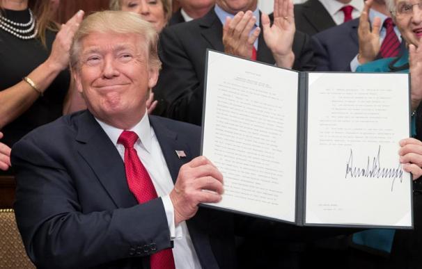 """El presidente de Estados Unidos, Donald Trump, posa tras firmar una orden ejecutiva diseñada para """"aliviar"""" a los ciudadanos ante algunos requisitos de Obamacare"""