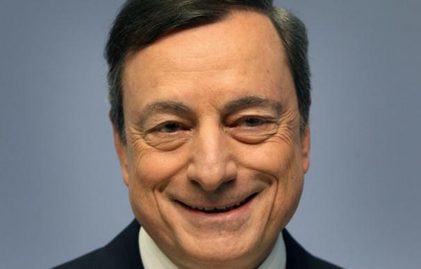 Draghi pide mantener los estímulos ante la incertidumbre a medio plazo