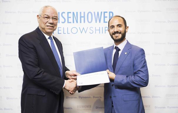 Fotografía de Andrés junto a Colin Powell, en un acto que tuvo lugar en EE UU,