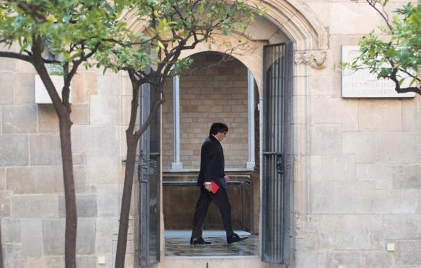El presidente de la Generalitat, Carles Puigdemont, se dirige a su despacho minutos antes de asistir a la reunión semanal del gobierno