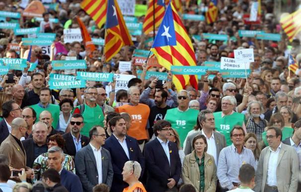 El presidente de la Generalitat, Carles Puigdemont(c), en la manifestación convocada por la Mesa por la Democracia para pedir la libertad de Jordi Sànchez y Jordi Cuixart