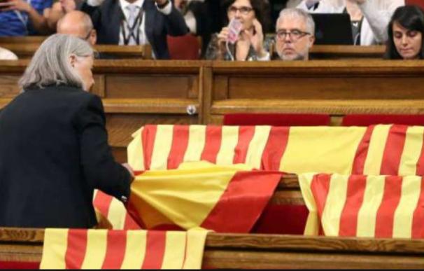 La diputada de Podemos que retiró las banderas de España reconoce a Puigdemont como President