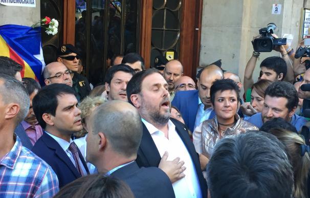 """Junqueras llama a persistir """"para defender las instituciones"""" tras salir de la Conselleria"""