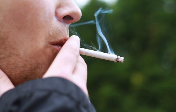 Fotografía de una persona fumando tabaco.