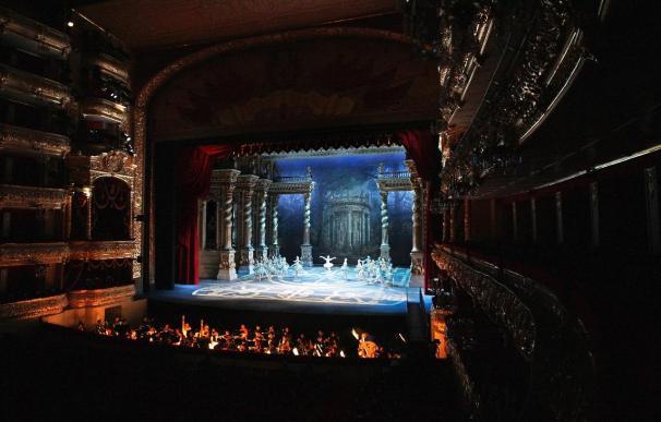 Reciben con flores a director del ballet Bolshói a su llegada a Moscú