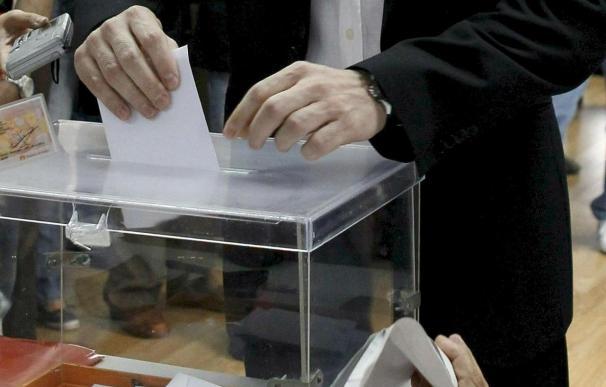 Un ciudadano depósita su voto en una urna