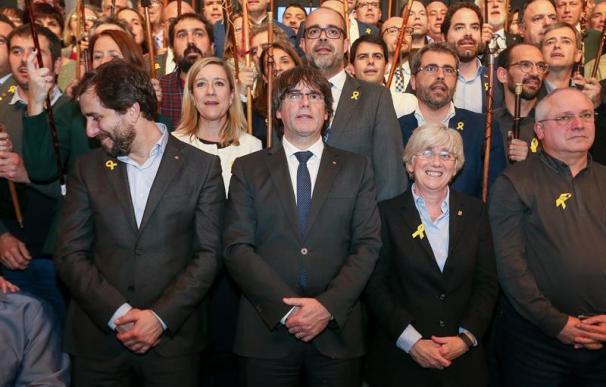 El expresidente de la Generalitat catalana Carles Puigdemont (c), y los 200 alcaldes independentistas participan en el acto celebrado en Bruselas (Bélgica) hoy, 7 de noviembre del 2017, para apoyar al cesado Gobierno catalán. EFE/Stephanie Lecocq