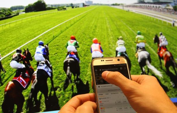 Fotografía de un apostante de caballos
