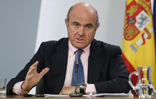 El ministro de Economía y Competitividad, Luis de Guindos (i), durante la rueda de prensa posterior a la reunión del Consejo de Ministros. EFE/Mariscal