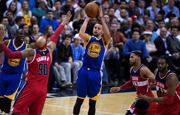 Stephen Curry lanzando un triple.