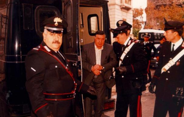 Fotografía de archivo del 15 de junio de 1993 que muestra a Totó Riina (c), el ex jefe supremo de Cosa Nostra, la mafia siciliana, mientras es detenido por agentes de los carabinieri en Palermo, Italia. (EFE)