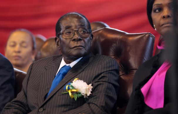 El dimitido presidente de Zimbabue, Rober Mugabe (c), en el centro deportivo de Harare, el 17 de junio de 2017 (EFE/ Aaron Ufumeli)